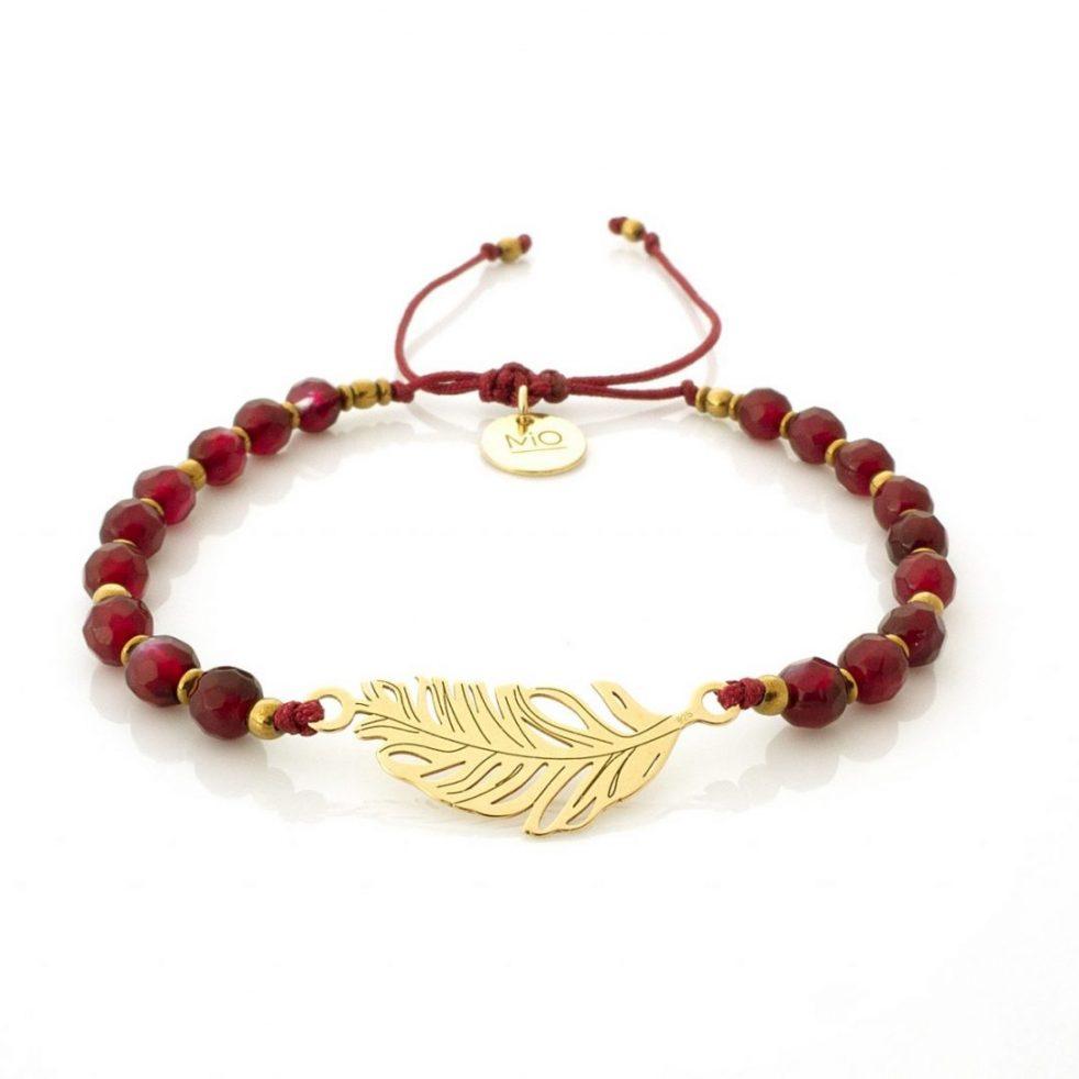 bransoletka z czerwonych kameni ze złotym piórkiem