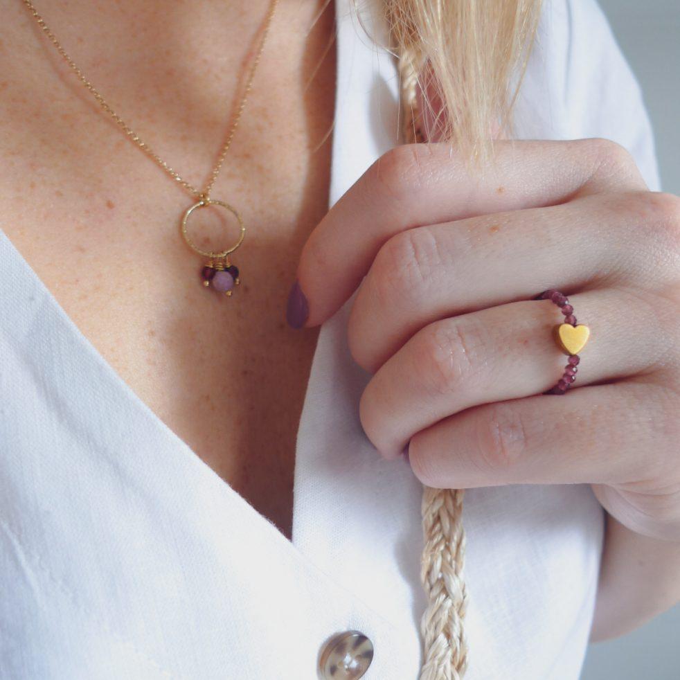 pierścionek na gumce z dużym złotym sercem