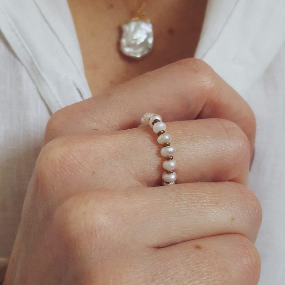 pierścionek na gumce z perłami naturalnymi