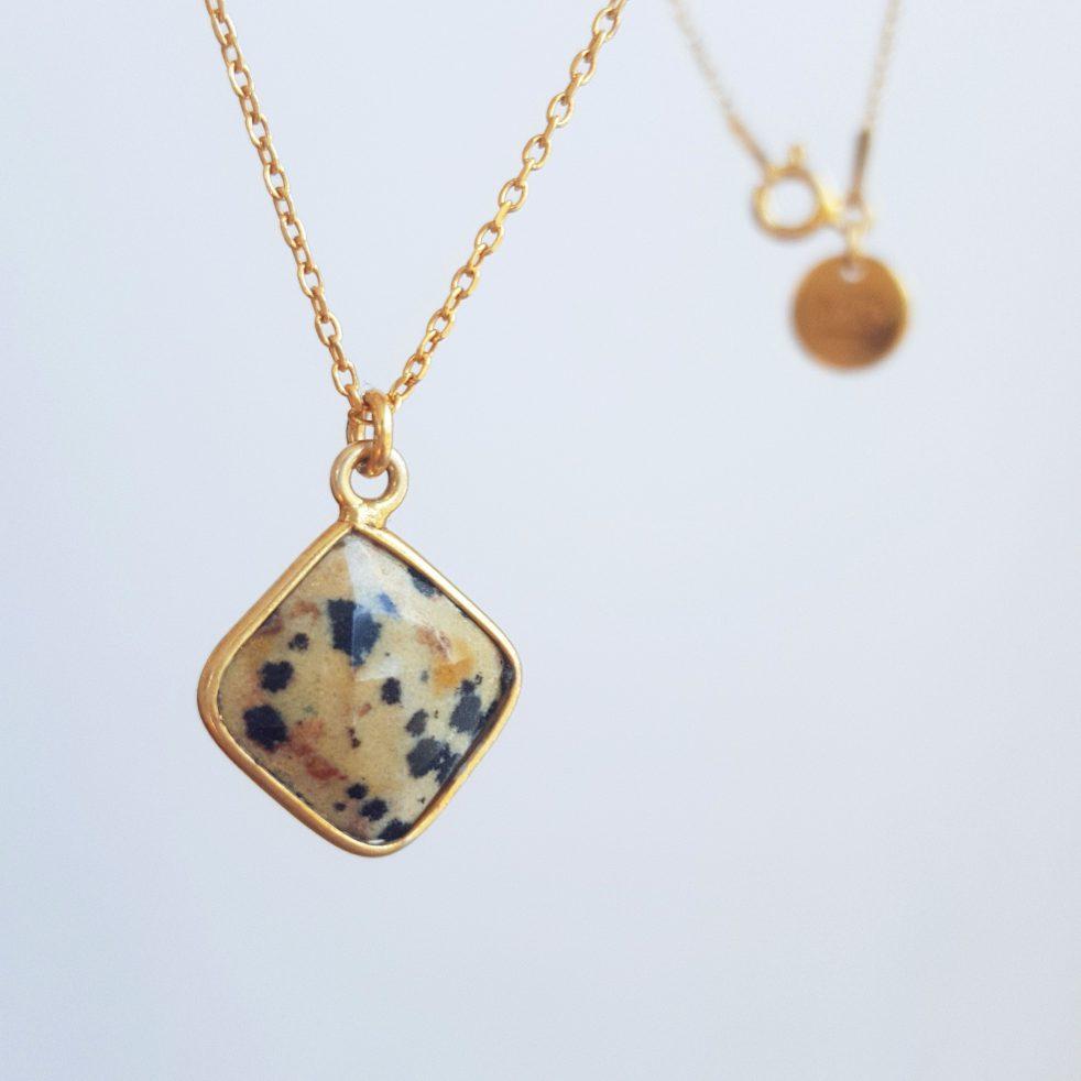 złoty naszyjnik z jaspisem dalmatyńskim w formie obróconego kwadratu