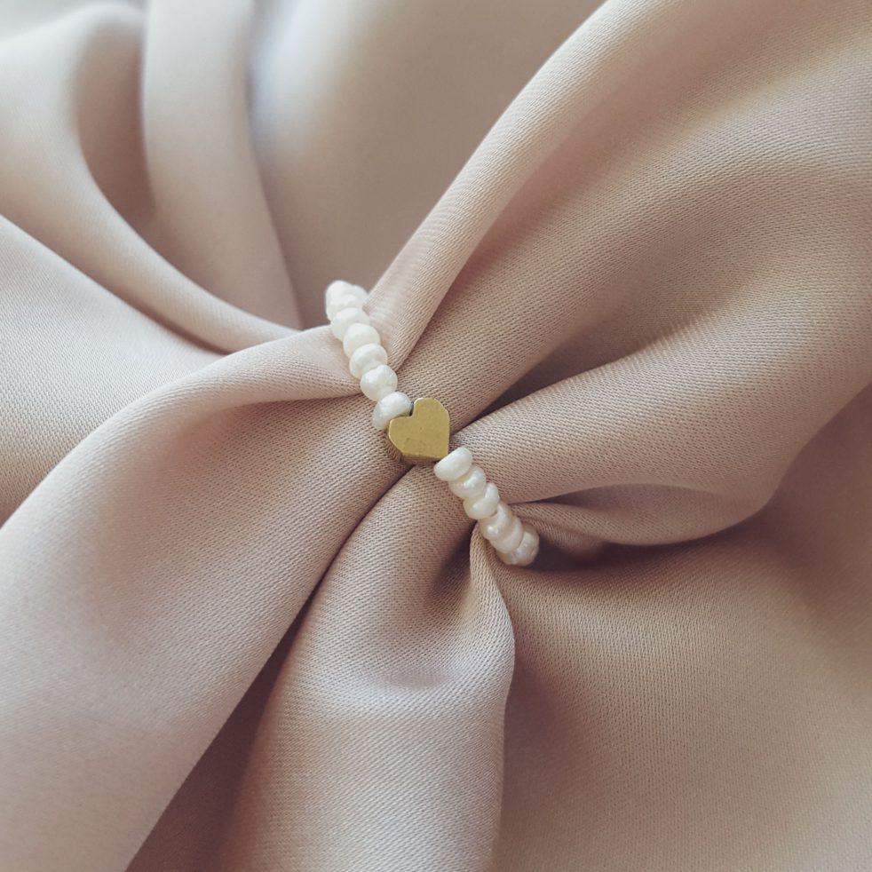 pierścionek z drobnych perełek ze złotym sercem elastyczny