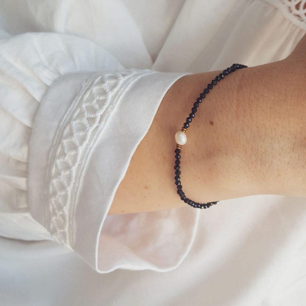 czarna bransoletka z perłą