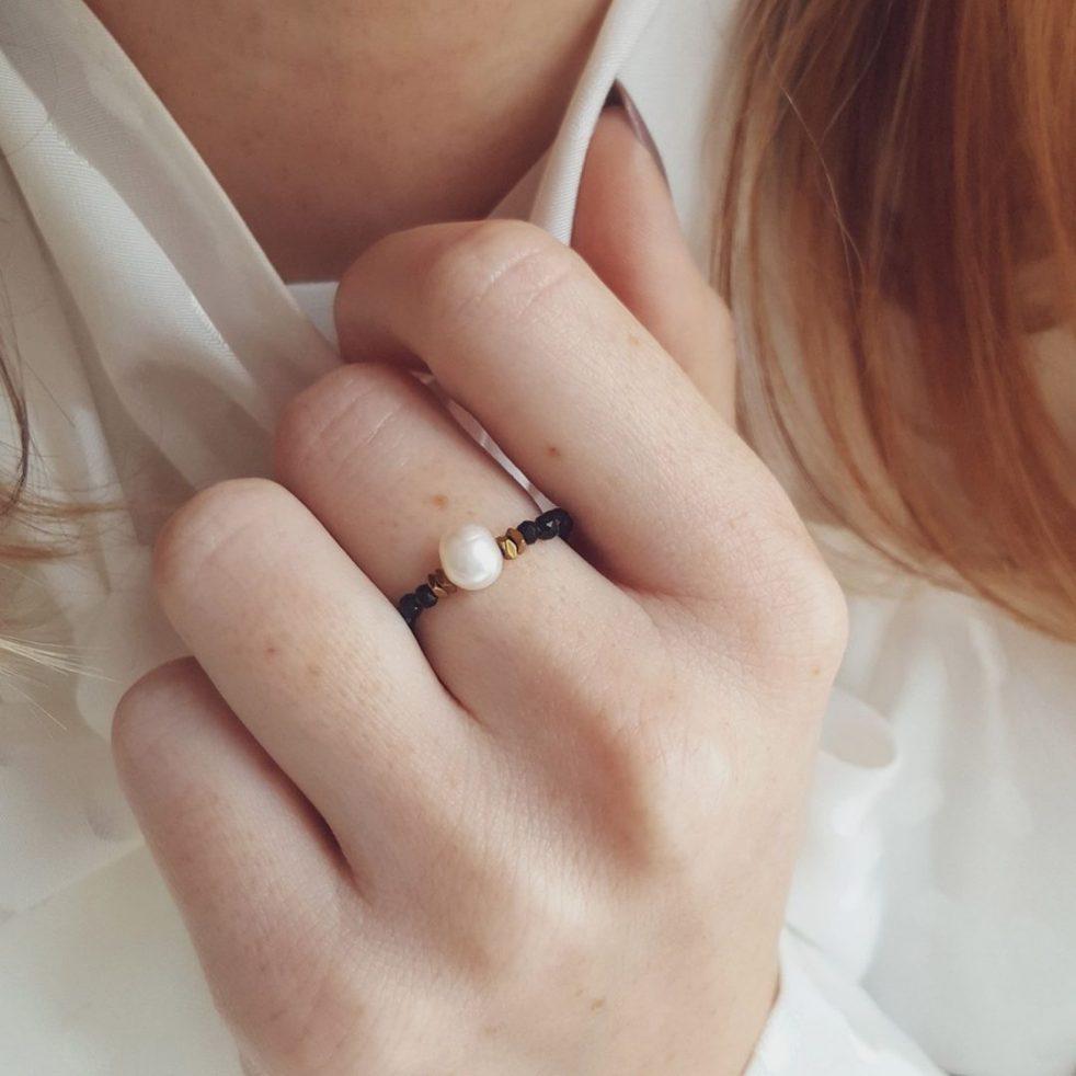 pierścionek elastyczny z dużą perłą