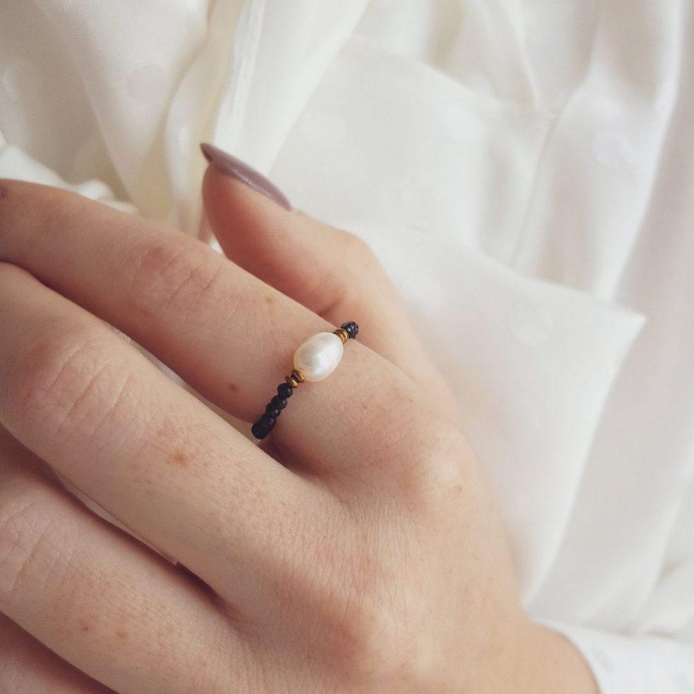 czarny pierścionek elastyczny z perłą